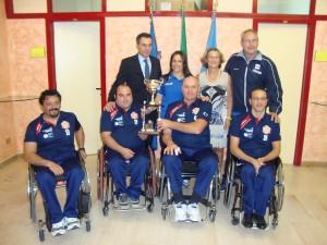 foto di gruppo di Lorena con la delegazione della Fly Sport, il consigliere regionale Parpiglia, il Presidente Perrella e il coach Di giusto